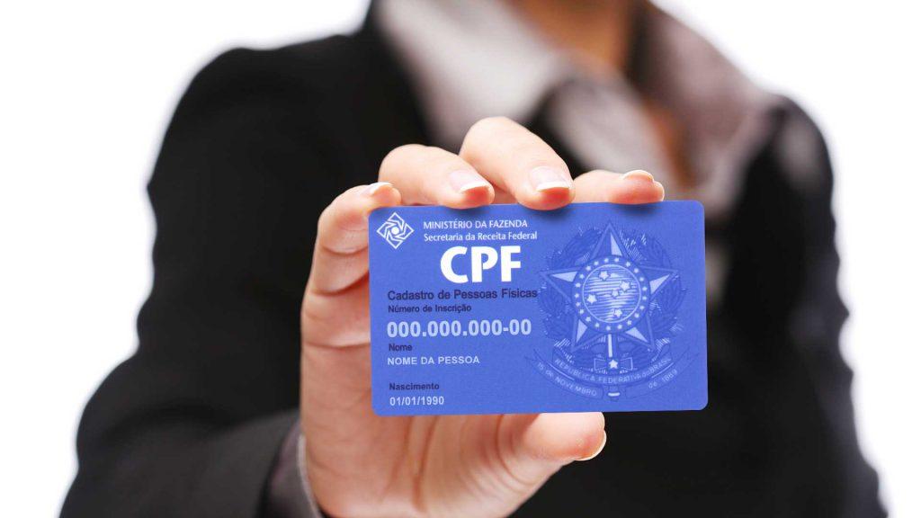 Uma pessoa mostrando o cartão de CPF